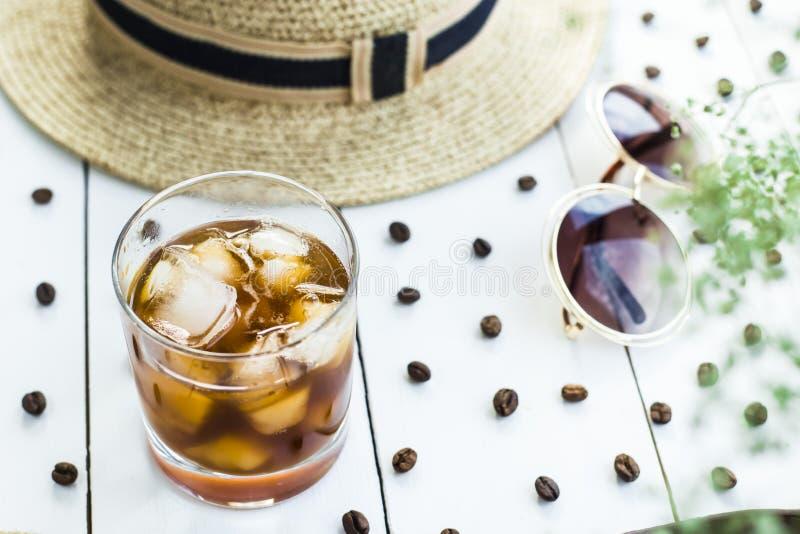 Холодный кофе среди аксессуаров лета стоковое фото rf