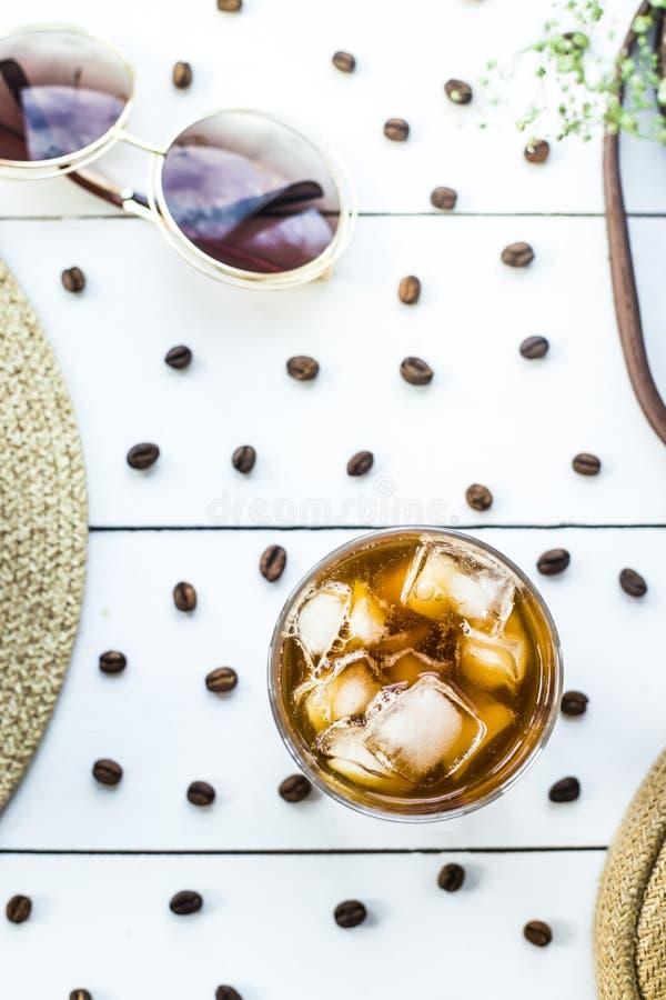 Холодный кофе среди аксессуаров лета стоковые изображения