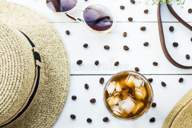 Холодный кофе среди аксессуаров лета стоковая фотография