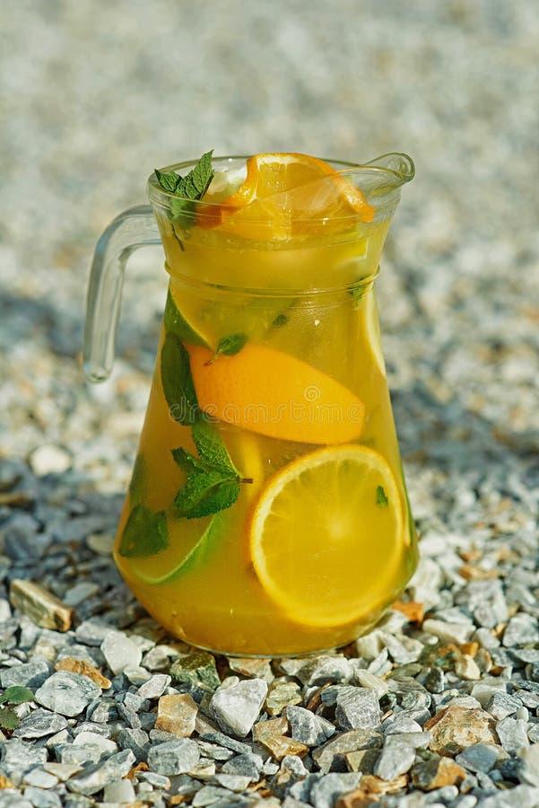 Холодный лимонад на зеленой траве летом стоковое фото rf
