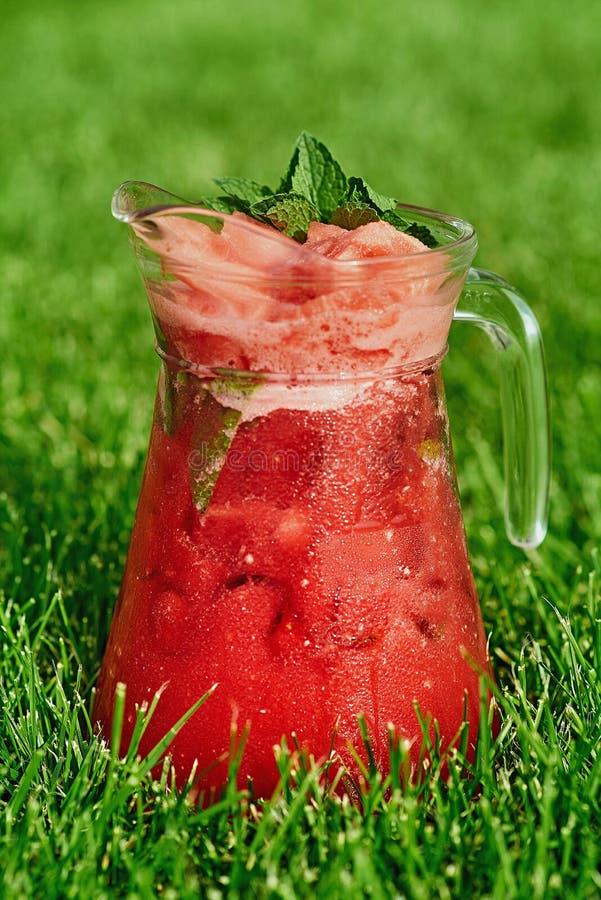 Холодный лимонад на зеленой траве летом стоковые изображения