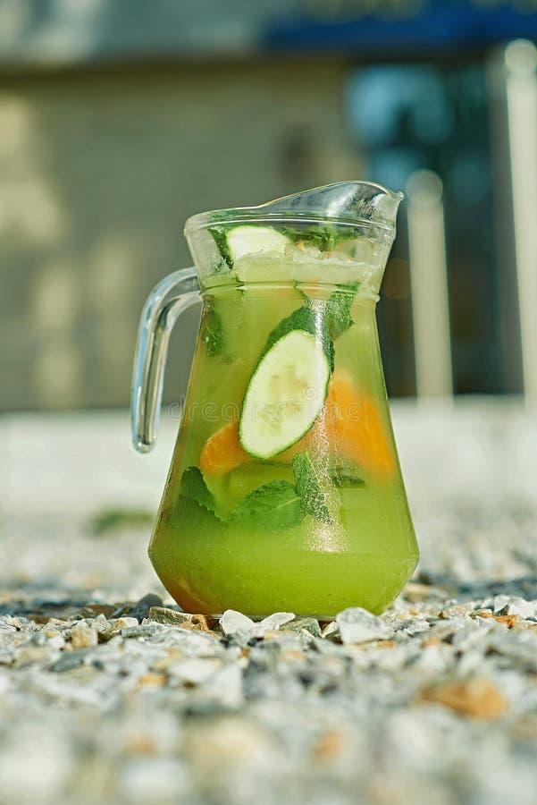 Холодный лимонад на зеленой траве летом стоковые изображения rf