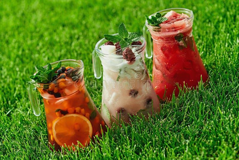 Холодный лимонад на зеленой траве летом стоковая фотография