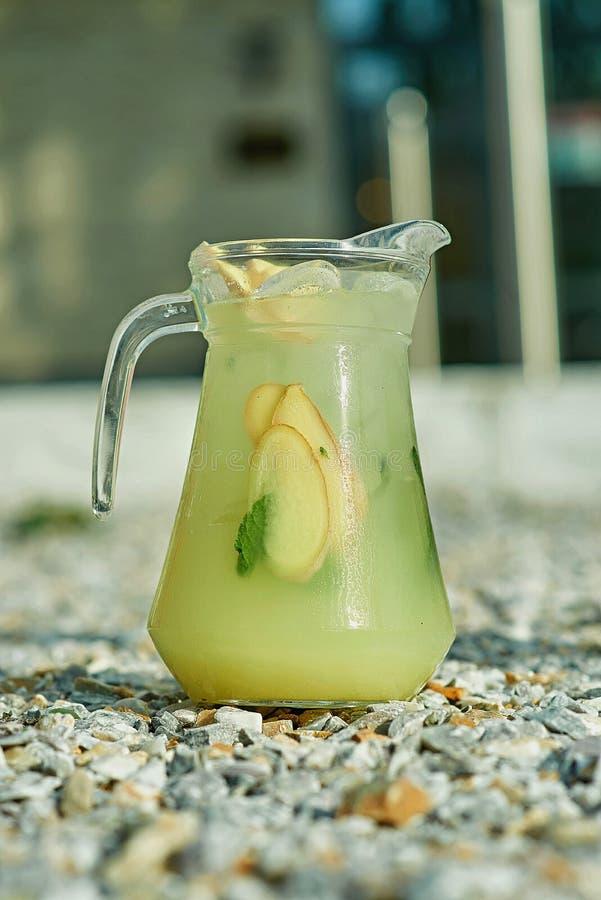 Холодный лимонад на зеленой траве летом стоковое фото
