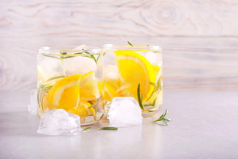 Холодный напиток цитруса и розмаринового масла стоковые фотографии rf