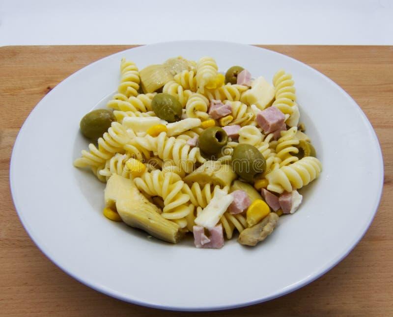 Холодный салат лета, макаронные изделия итальянца fusilli на деревянном столе стоковая фотография rf