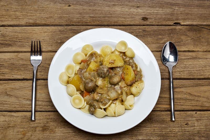 Холодный суп гриба салата макаронных изделий, бекон картошки стоковая фотография