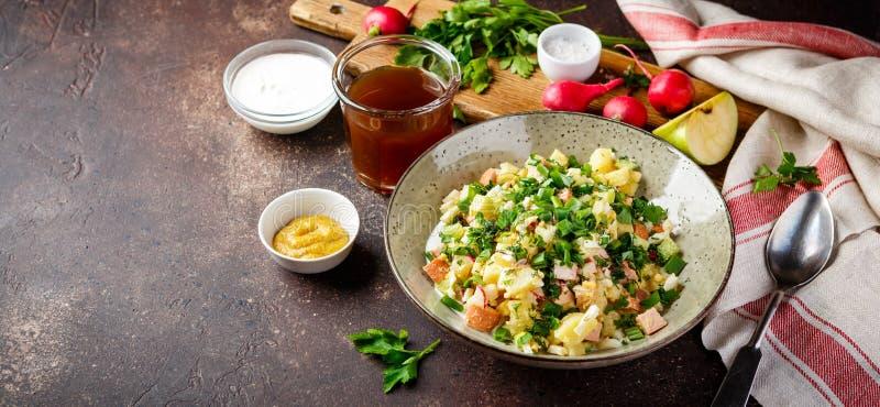 Холодный суп Okroshka с сосиской, овощами и квасом стоковые фотографии rf
