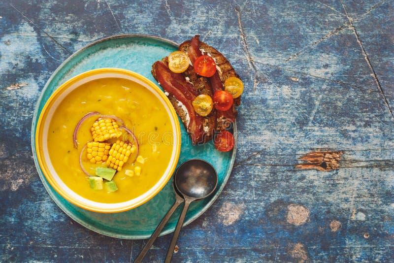 Холодный суп sweetcorn служил с хрустящей здравицей бекона томата стоковые фотографии rf