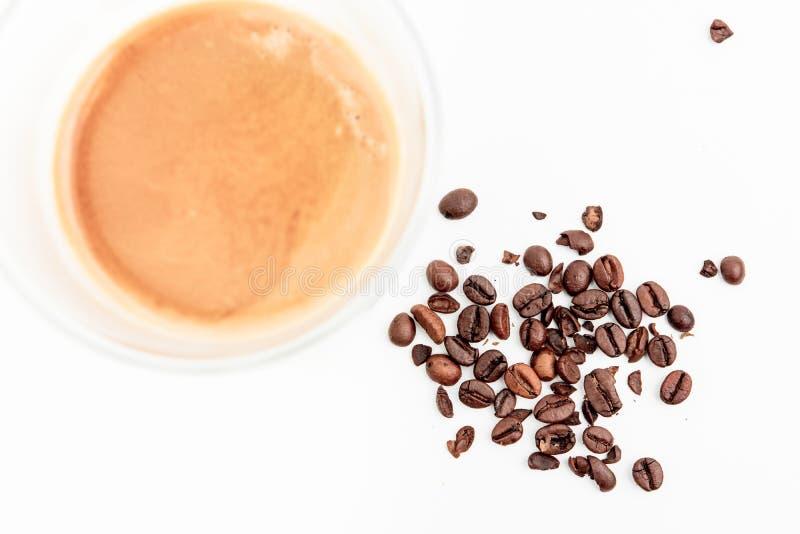 Холод высушил кофейные зерна рядом с горячим питьем кофе стоковые изображения