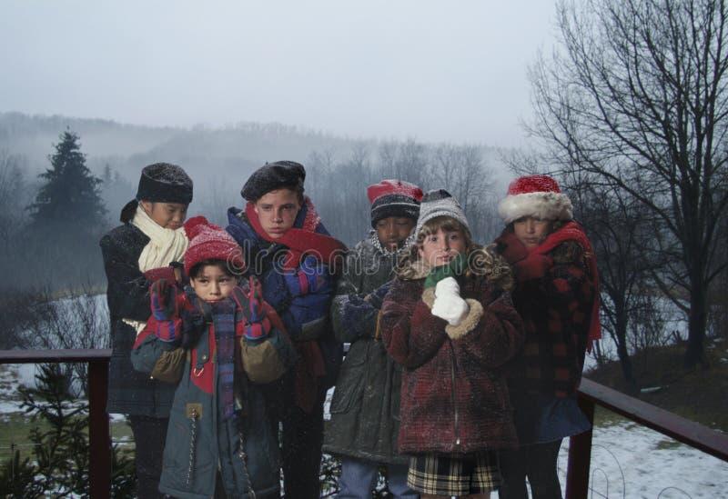 холод детей весьма ютился погода стоковые изображения rf