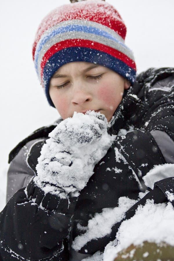 холод мальчика тягостно стоковые фото