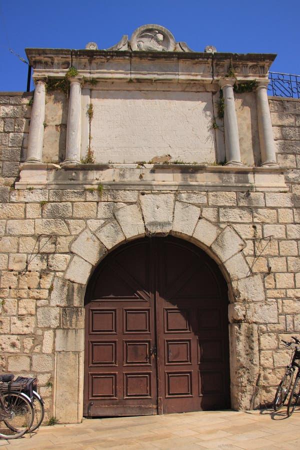 Хорватия, Zadar - часть исторических защитительных стен с входом к парку города на квадрате 5 Wells стоковые изображения rf