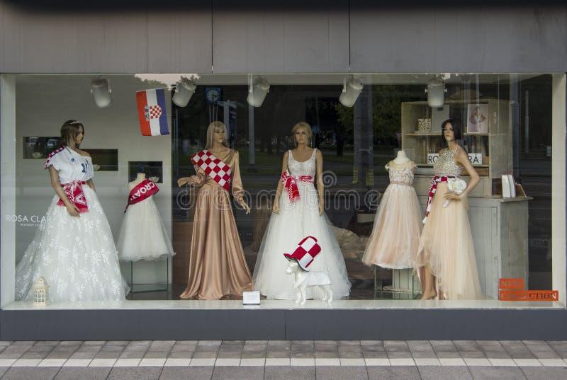 Хорватские традиционные бело-и-красные проверенные шарфы покрывая dressess свадьбы стоковые фото