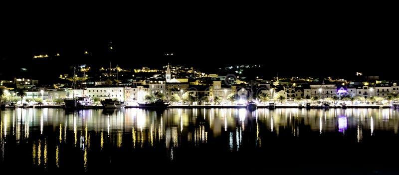 Хорватский городок к ноча - Makarska, Makarska Ривьера, Далмация, Хорватия стоковое фото rf