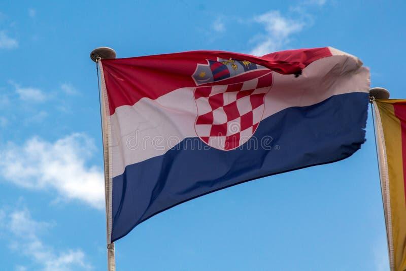 Хорватский флаг fliying в ветре стоковые изображения rf