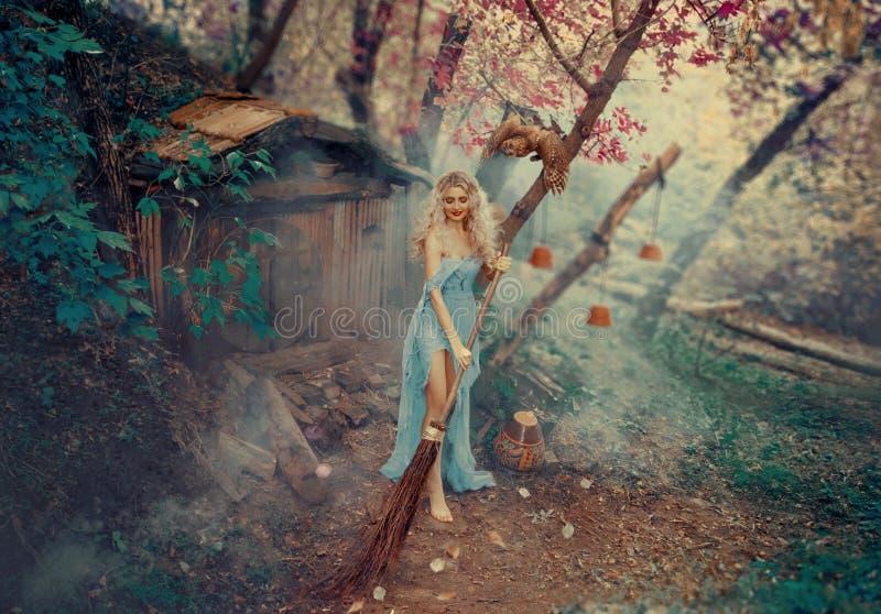 Хорошая знахарка, кума феи Золушкы, танцует и поет пока очищающ вверх двор ее маленького стоковое изображение rf