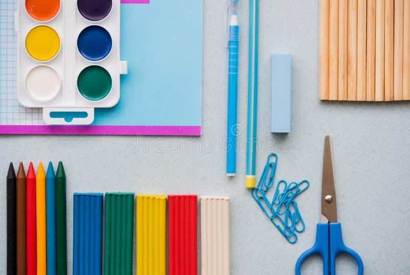 Хорошая подготовка для вопросов школы Обучите аксессуары пластилина цвета, пестротканые карандаши, ножницы бумажного зажима стоковое фото rf