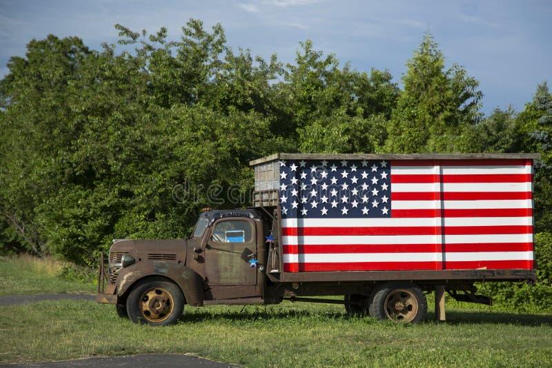 Хорошая тележка Ol американская с флагом стоковое изображение rf