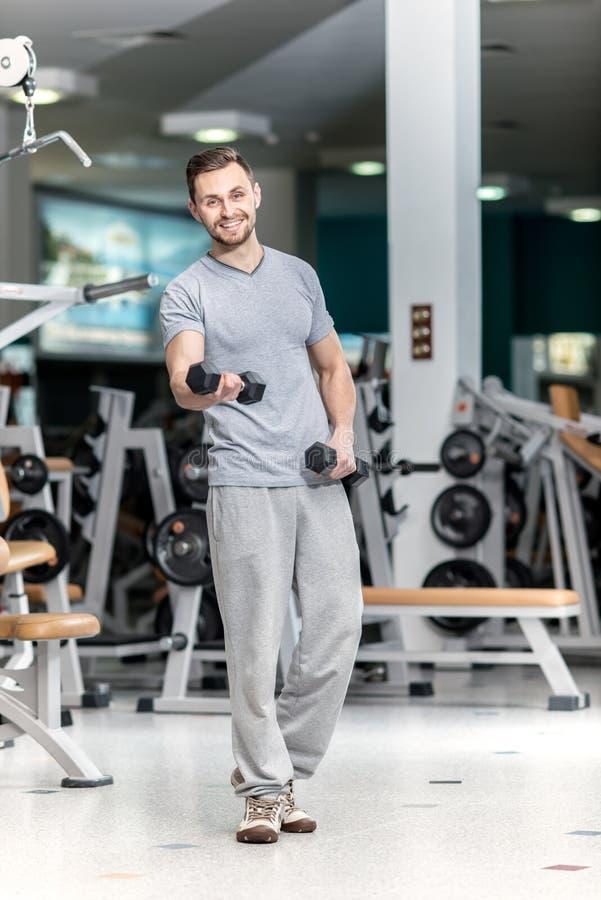 Хорошая тренировка Молодым приглашенный спортсменом фитнес гантелей тренировки стоковое фото rf