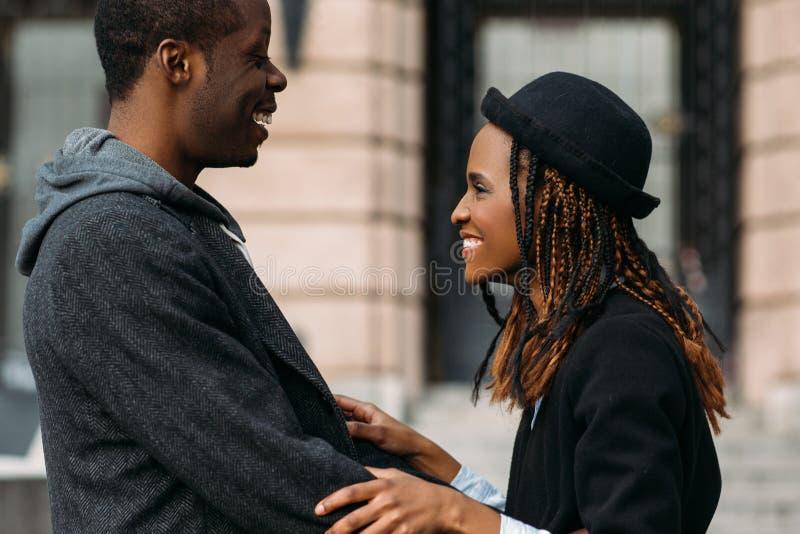 Хорошие новости для афроамериканца пары счастливые стоковое изображение rf
