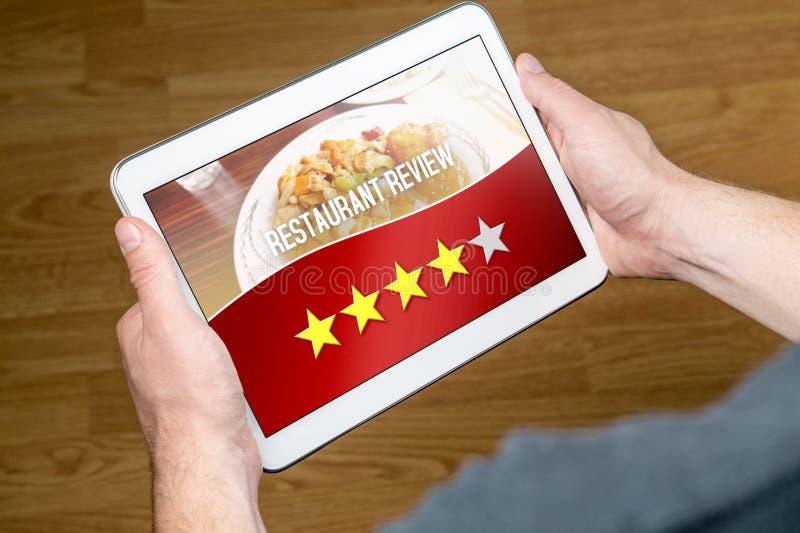 Хороший обзор ресторана от удовлетворенного и счастливого клиента стоковые фотографии rf