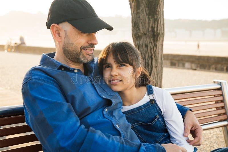 Хороший разговор между отцом и дочерью стоковые изображения