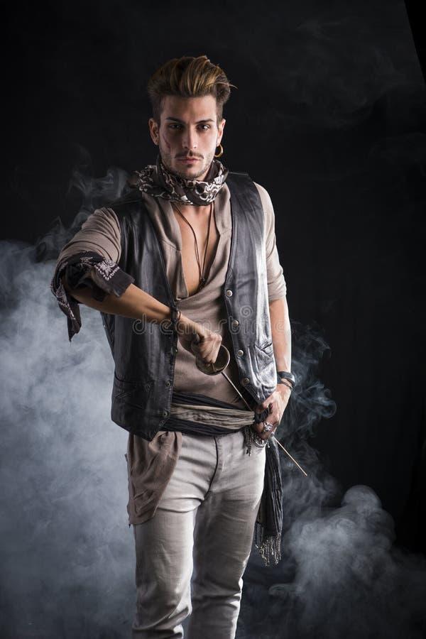 Хороший смотря молодой человек в обмундировании моды пирата стоковое изображение rf