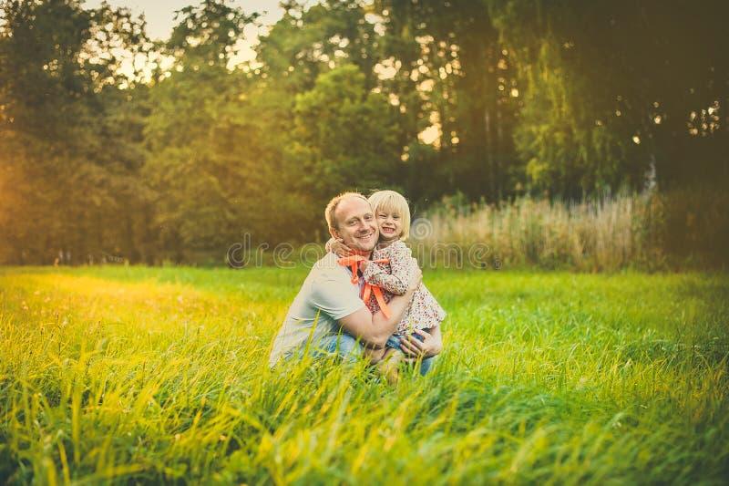 Хороший совместно будьте отцом дочери стоковое изображение rf