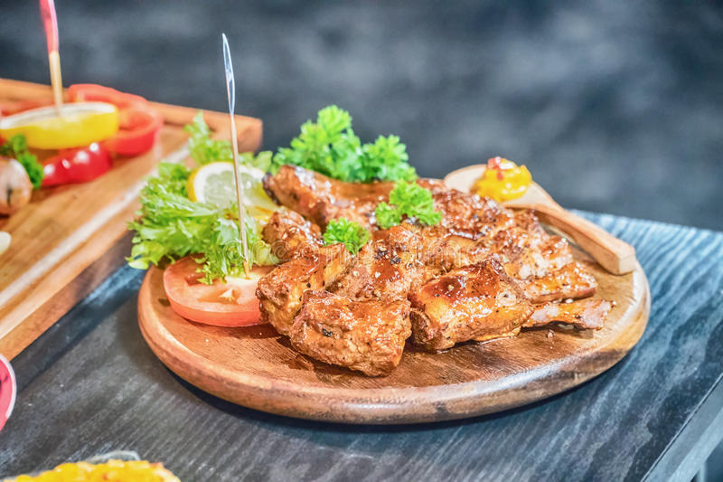 Хорошо сделанный зажаренный marinated стейк фланка говядины на деревянной доске стоковые фото