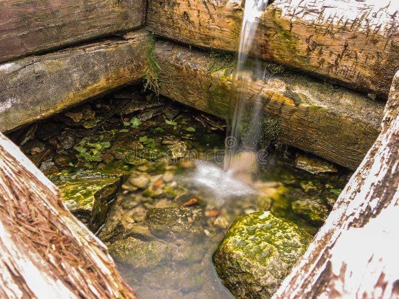 Хорошо с чисто ключевой водой в святом месте стоковое фото