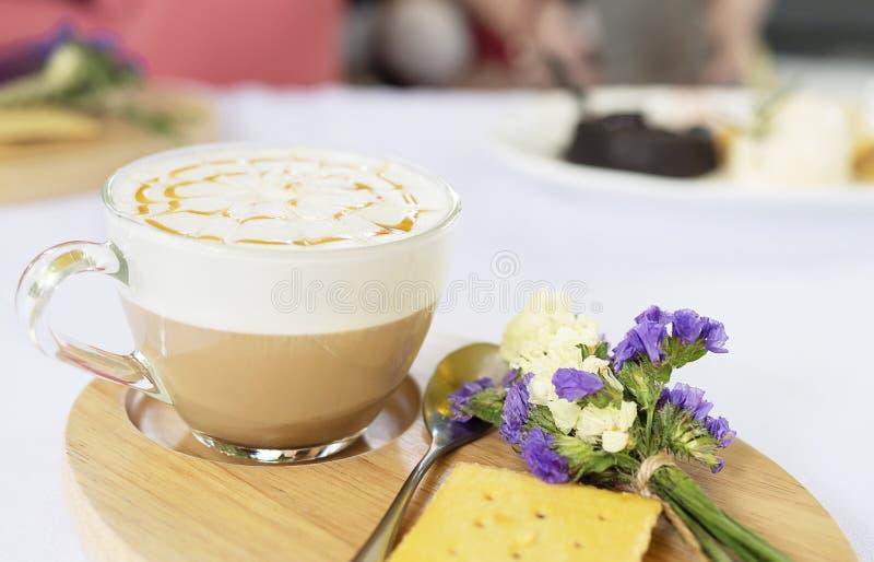 Хорошо украшенная горячая кофейная чашка стоковая фотография