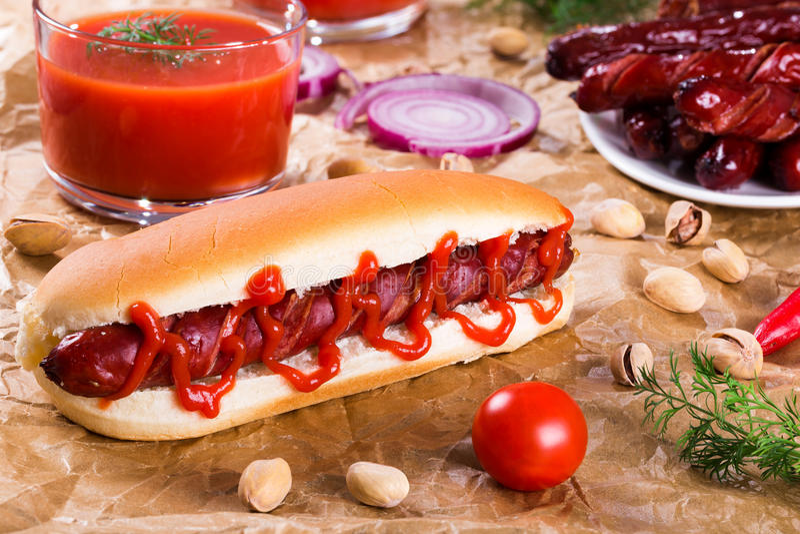 Хот-дог зажаренный барбекю в простой плюшке стоковое изображение rf