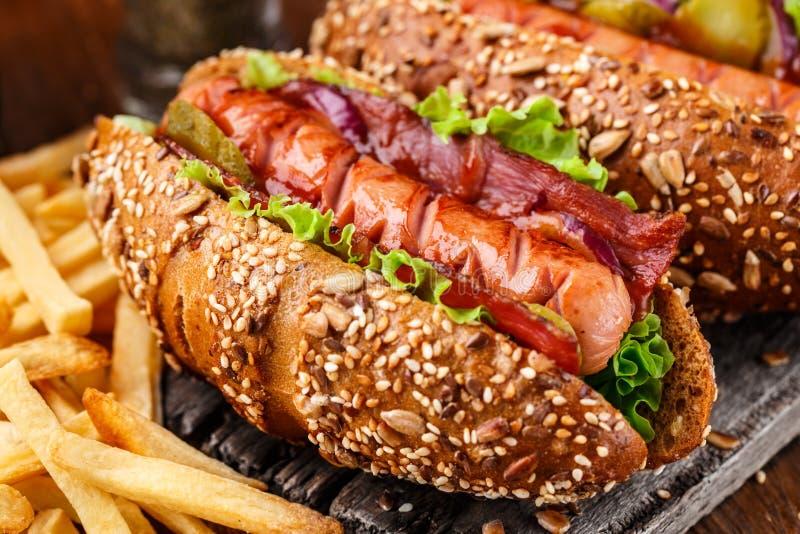 Хот-дог зажаренный барбекю стоковые изображения