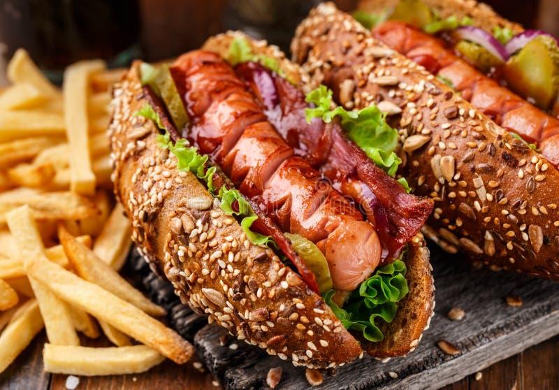 Хот-дог зажаренный барбекю стоковая фотография