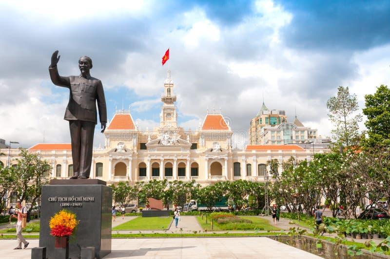 Хошимин, Вьетнам, 26,12,2017 Здание муниципалитета и памятник Хо Ши Мин стоковое фото rf