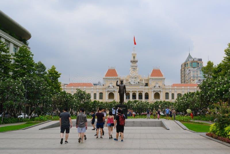 Хошимин, Сайгон, Вьетнам, люди перед статуей Хо Ши Мин и ратуша стоковая фотография