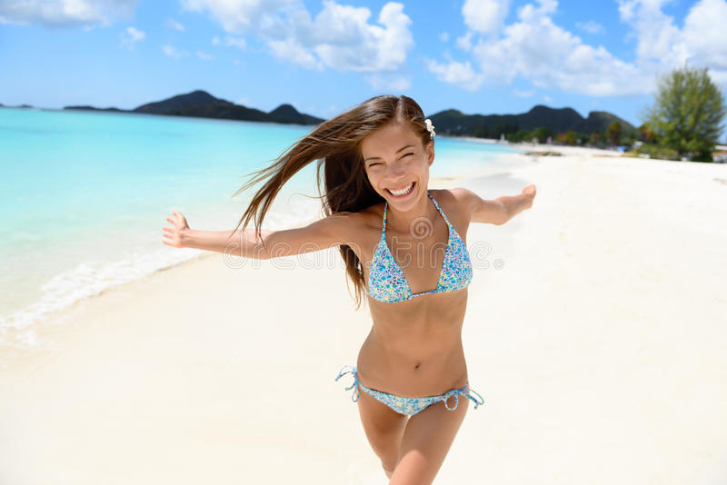 Ход женщины бикини пляжа счастливый с устремленностью стоковое фото rf