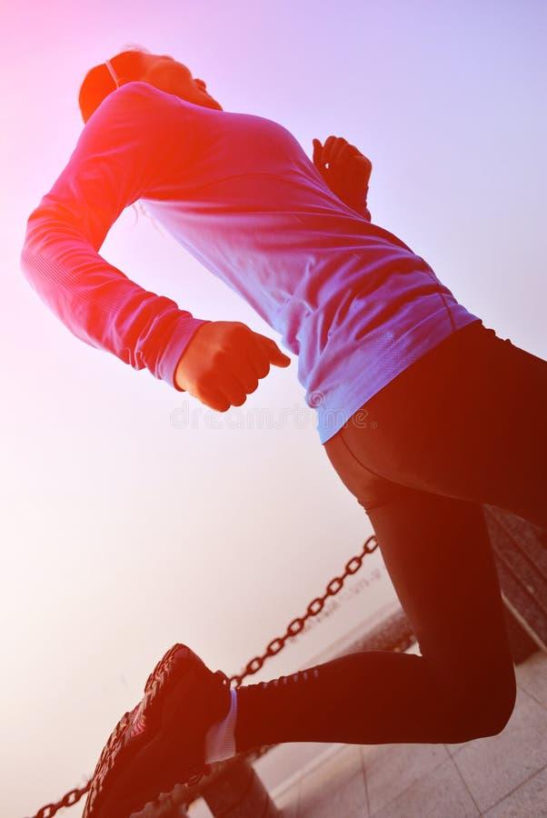 Download Ход женщины здорового образа жизни азиатский Стоковое Изображение - изображение насчитывающей прозрение, пепельнообразные: 37929749