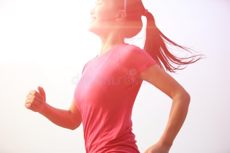 Ход женщины здорового образа жизни красивый азиатский стоковые изображения rf