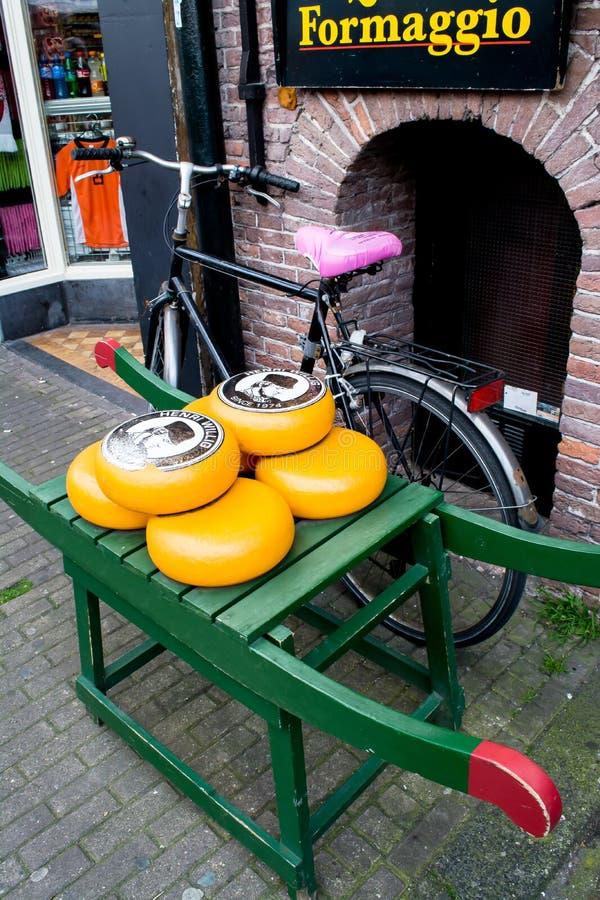 Ходите по магазинам с известными голландскими сырами в Амстердаме стоковое фото