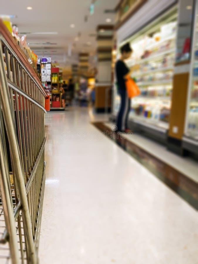 Ходить по магазинам в междурядье супермаркета стоковое фото rf