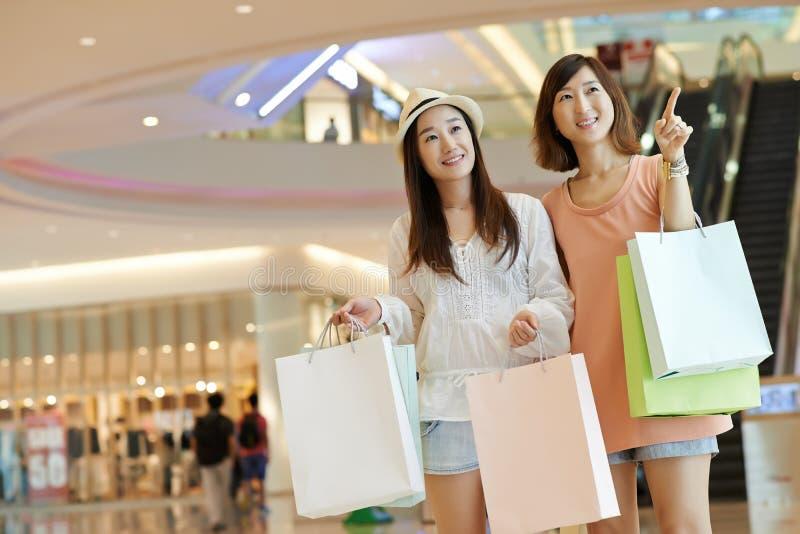 Ходить по магазинам в моле стоковое изображение