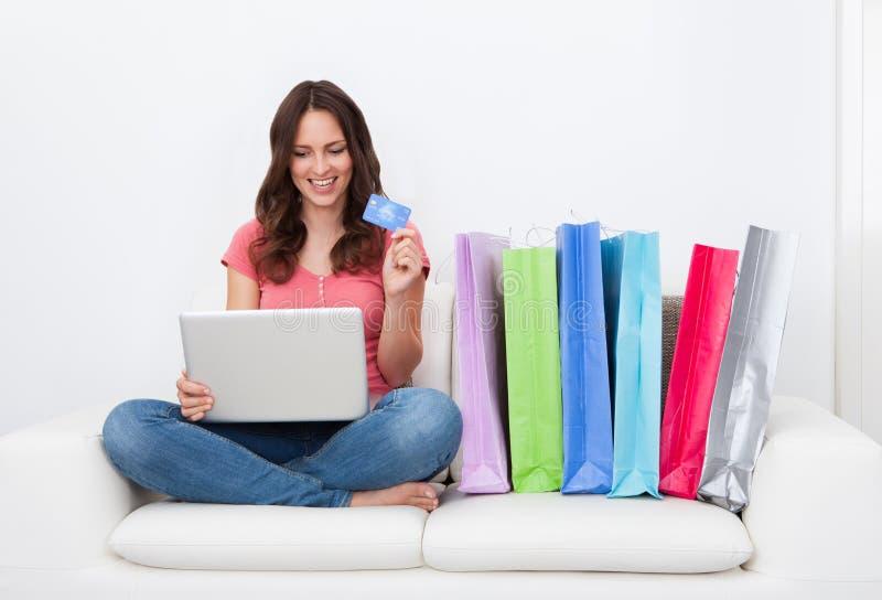 Ходить по магазинам женщины он-лайн стоковое изображение