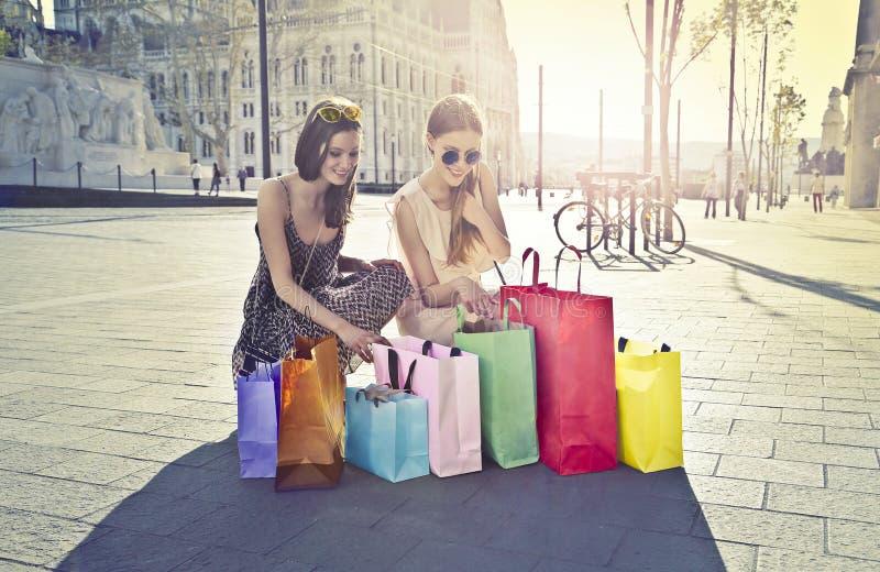 Ходить по магазинам женщин стоковое фото rf