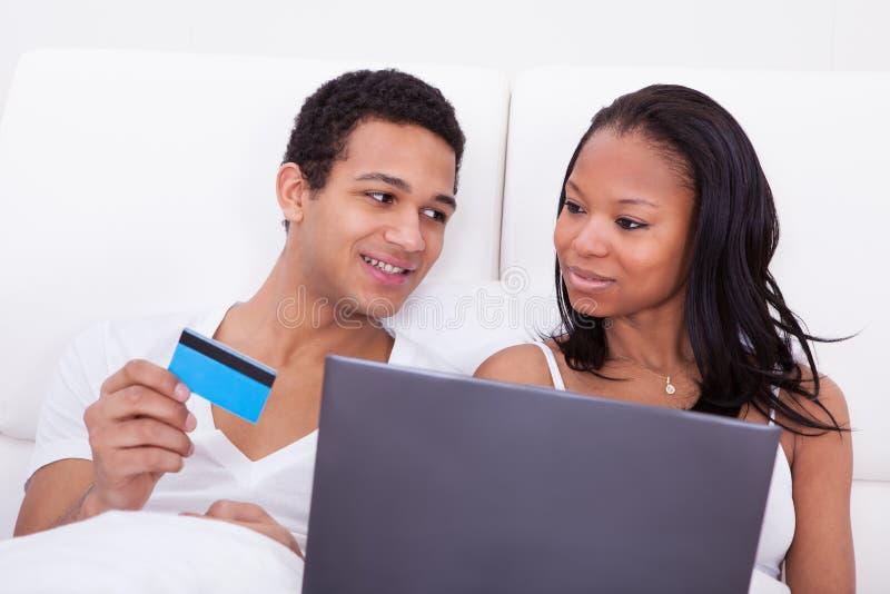 Ходить по магазинам пар онлайн стоковые изображения rf