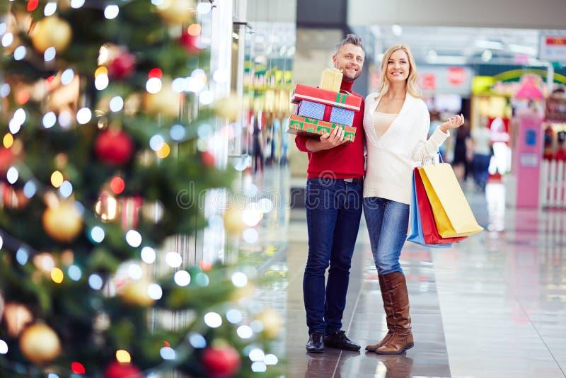 Ходить по магазинам перед рождеством стоковое изображение