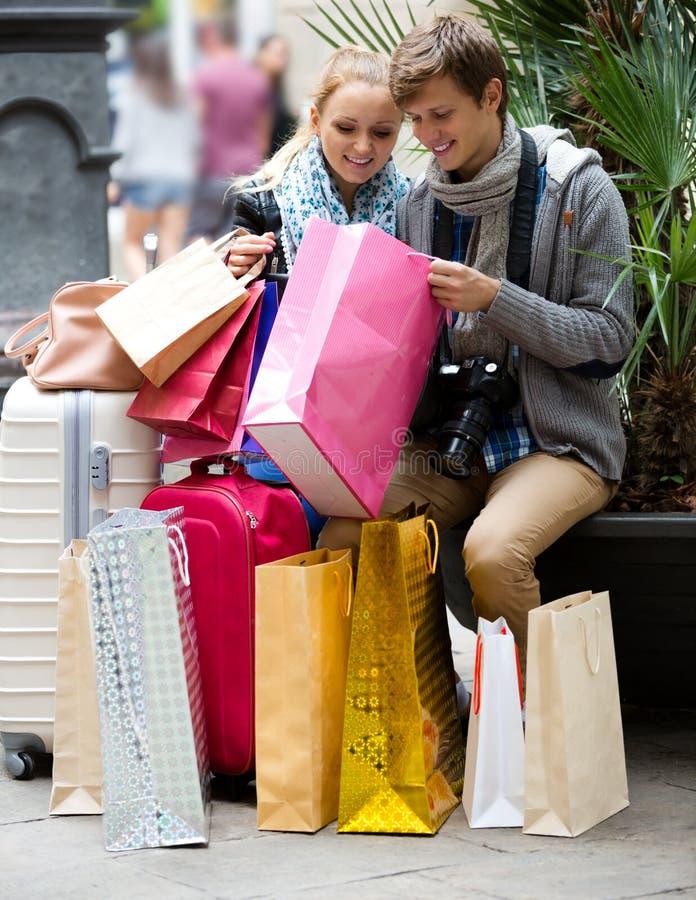 Ходить по магазинам туристов стоковые изображения rf