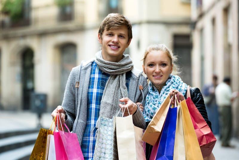 Ходить по магазинам туристов стоковые фотографии rf