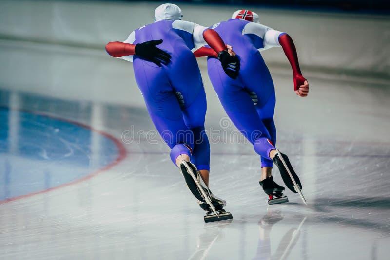 Ход конькобежцев людей крупного плана 2 одновременный стоковое изображение rf